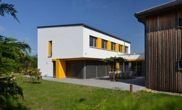 056 – Herbst 2014 wird der Erweiterungsbau in Burg fertiggestellt und liefert Kapazitäten für neue Mitarbeiter, um der wachsenden Nachfrage an vorgefertigten Holzkonstruktionen begegnen zu können