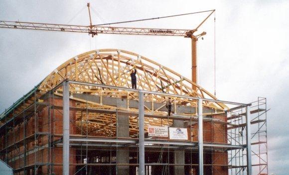 Individuelle Dachkonstruktion in Nagelplattenbinder Bauweise Ausstellungsgebäude der Firma MVG in Biederitz