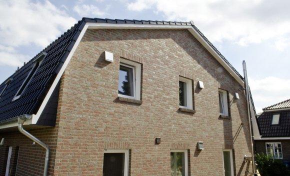 Mansarddach und Holztafelbau in Nagelplattenbauweise bei zwei Reihenhäusern in Reinbek 1