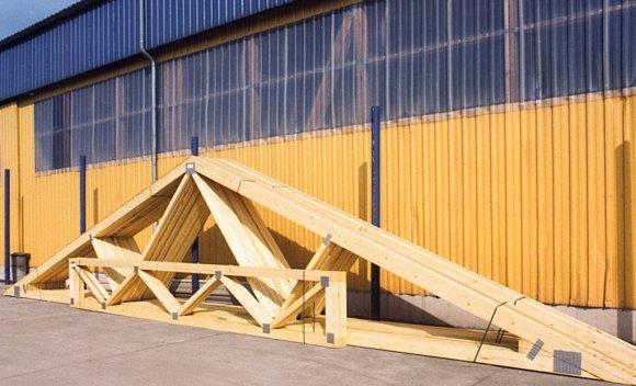 Satteldachbinder und Windverbände bereit für den Transport