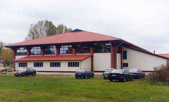 Sporthalle mit Groen-Dachüberstanden zur konstruktiven Beschattung