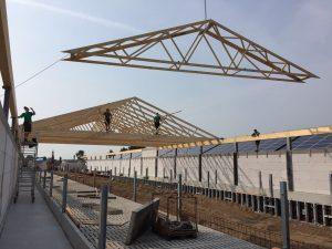 Dank der hochgradigen Vorfertigung waren die drei Dächer schnell gerichtet.