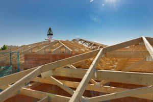 137 Gebinde in Reih und Glied: Dank starker Vorfertigung war die Walmdach-Konstruktion von SCHNOOR schnell montiert. Im Unterschied zum Satteldach wird das Walmdach mit vier geneigten Dachflächen konstruiert.