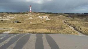 Idylle pur: In den Dünen und in direkter Nähe zum Leuchtturm befindet sich die Walmdach-Konstruktion von SCHNOOR.