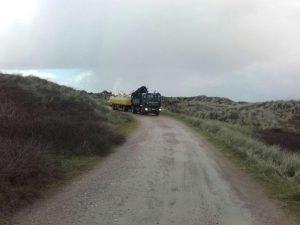Dachbinder für die Insel: Ein kleiner Lkw brachte die Konstruktionsteile zum Zeltplatz.